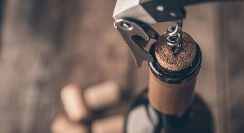 Déboucher le vin avant de le servir