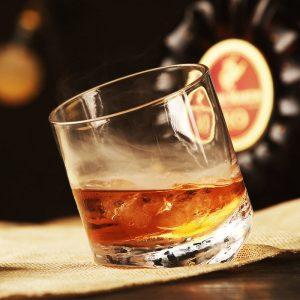 Verre whisky écossais avec fond incliné